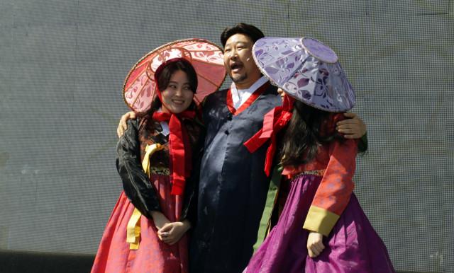 배우들이 소오페라 '춘향전' 연습을 하고 있다