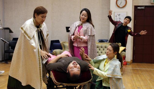 배우들이 소오페라 '달의 세계' 연습을 하고 있다