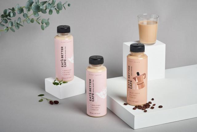 식물성 대체우유 '잇츠베러밀크'를 넣어 만든 '잇츠베러카페' 로열홍차(왼쪽)와 실크커피(오른쪽) 2종