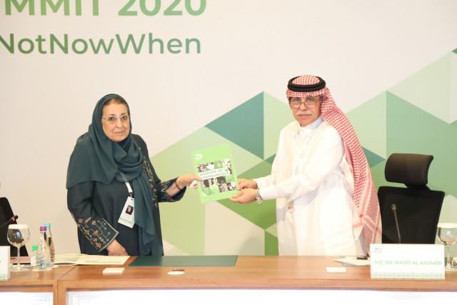 W20 의장인 토라야 알 오바이드 박사와 사우디 상무투자부 장관 겸 G20 의장 마지드 알카사비 박사가 W20 워킹그룹의 최종 공동성명서를 들고 있다