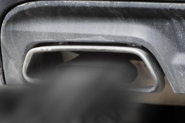 '백연'이라 부르는 흰색 매연은 일정량 이상 오일이 연소실로 유입돼 연소가 되거나 엔진을 밀봉하는 실이 마모됐을 때 발생하며, 검은색 매연은 불완전 연소로 엔진에 이상이 있음을 뜻...
