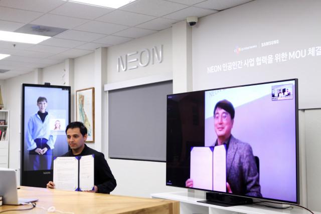 왼쪽부터 삼성전자의 스타랩스장 프라나브 미스트리 전무와 CJ올리브네트웍스의 차인혁 대표가 인공인간 사업협력을 위한 업무협약을 체결하고 기념촬영을 하고 있다