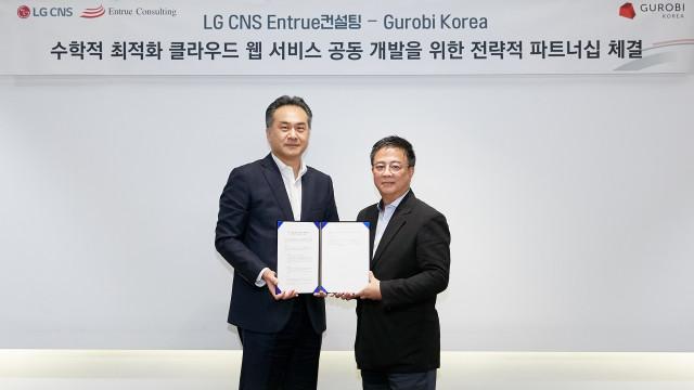 왼쪽부터 이근형 LG CNS 엔트루컨설팅 담당과 홍기원 그로비코리아 대표가 파트너십을 체결하고 기념촬영을 하고 있다