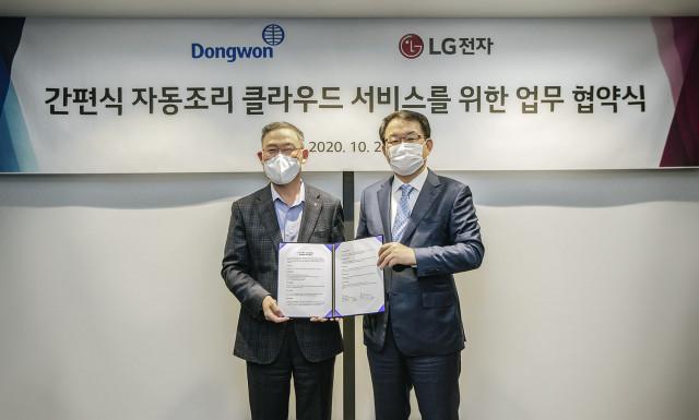 왼쪽부터 LG전자 H&A사업본부장 송대현 사장과 동원F&B 김재옥 대표가 업무협약을 체결하고 기념촬영을 하고 있다