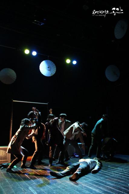 연극 '하얀 비' 공연 모습