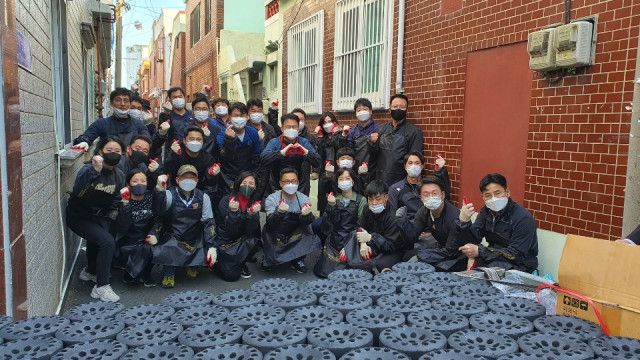 NCH코리아 임직원이 따뜻한 겨울나기를 돕기 위한 사랑의 연탄나눔 운동 봉사활동을 진행하고 있다