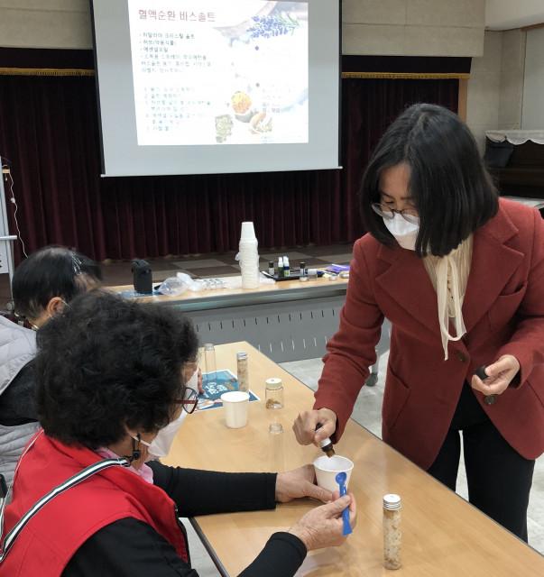 국제아로마테라피임상연구센터 이선민 전문 강사가 힐링아로마테라피를 진행하고 있다