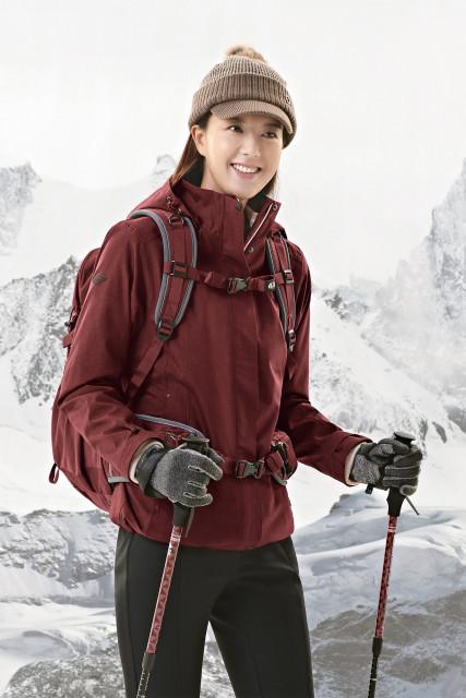 콘트라 엑스 플러스 파워 웜 우먼 재킷을 착용한 모델