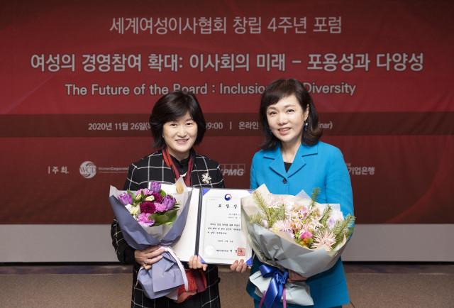 왼쪽부터 그룹세브코리아 팽경인 대표와 세계여성이사협회 이복실 회장이 기념 촬영을 하고 있다