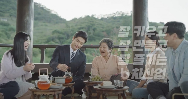 배우 성훈이 식스맨으로 변신해 홍싸리 대표와 함께 잘 키우고, 잘 만들고, 잘 즐기는 6차 산업에 대해 이야기하고 있다