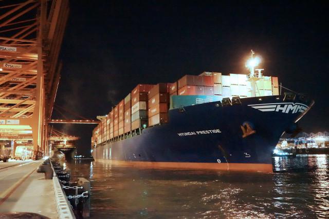 국내 수출기업을 위해 긴급 투입한 컨테이너선 HMM 프레스티지호가 화물을 가득 싣고 부산항에서 출항하고 있다