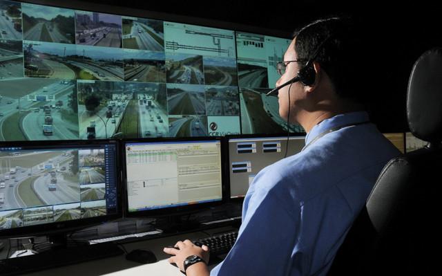 교통 엔지니어는 AI 지원 카메라, 플리어 써미캠 AI 및 트래피캠 AI의 데이터를 적용하여 교통을 예측하고 혼잡 및 잠재적 사고를 예방, 안전한 도로를 만든다