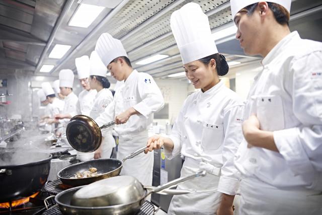조리학과 교육생들이 최상의 식재료로 1인 1실습을 하고 있다