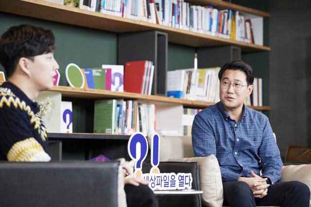 이상현 행복나눔재단 세상파일 PL이 행사 사회자인 유튜버 박위에게 세상파일을 소개하고 있다