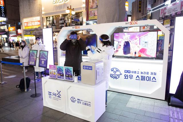 퓨처쇼2020에 참가한 한 시민이 VR 게이밍 체험을 하고 있다