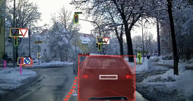 스트라드비젼이 개발한 자율주행 소프트웨어 에스브이넷(SVNet)으로 거리 위 차선, 신호등·표지판, 물체, 주행가능 공간 등을 감지하고 인식해 판별하는 모습