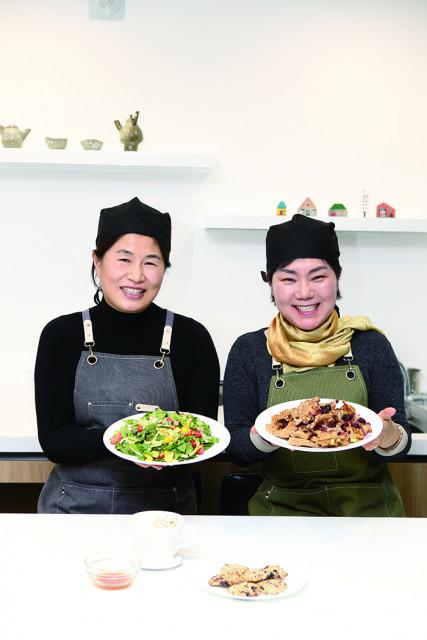 왼쪽부터 체험 플랫폼 Frip을 통해 사찰 비건음식 모임 '비건방앗간'을 론칭한 에코쿱 협동조합 김예원 이사장, 전문숙 이사