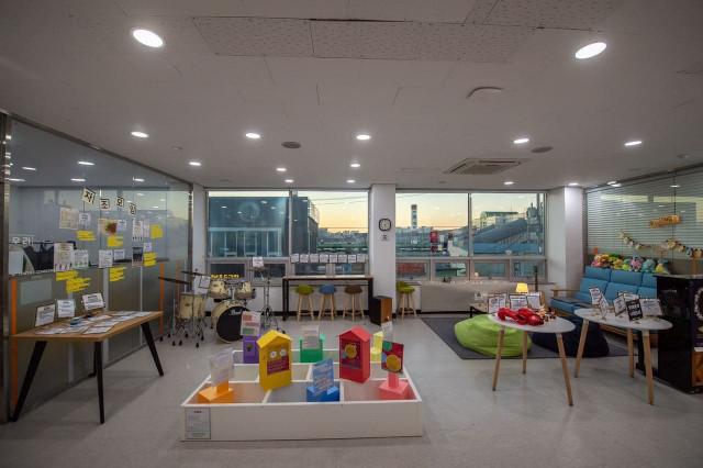 청년맞춤제작소 in 오산에서 각 청년이 다양한 의미를 담아 시도한 프로젝트를 전시하고 있다