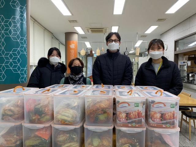 시립강동청소년센터 가족봉사단 위드나누미가 지역 어르신들을 위한 김장봉사를 비대면으로 진행하고 김치를 관내 어르신 기관에 전달했다