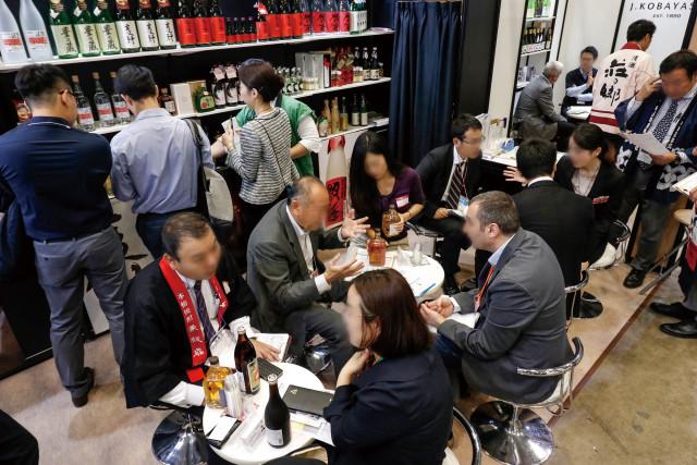 리드재팬이 개최한 일본 식품 무역 전시회 참가자들이 비즈니스 상담을 진행하고 있다
