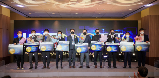 대한민국 ICT 대상 수상자들이 단체 기념 촬영을 하고 있다