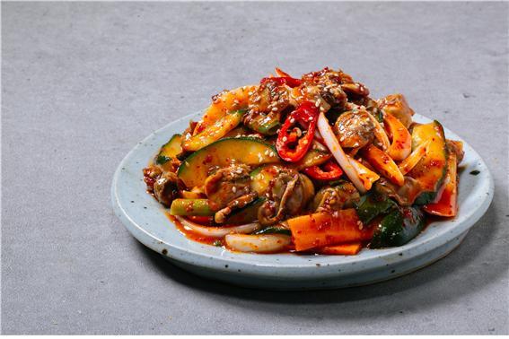 '요리하는 탤런트' 김수미의 반찬가게 프랜차이즈인 '김수미의 엄마손맛'에서는 250여가지 제품을 제공한다 (사진=나팔꽃 F&B 제공)