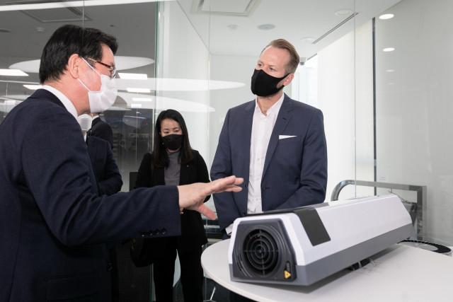 아우디폭스바겐코리아의 폭스바겐 부문 슈테판 크랍 사장이 세스코 UV파워공기살균기에 대한 설명을 듣고 있다