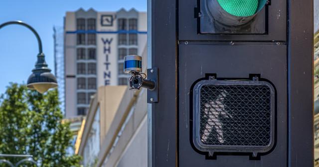 리노의 네바다 응용 연구 센터인 네바다 대학은 벨로다인의 라이다 센서를 교차로 표지판과 교차로에 배치하여 교통 분석, 혼잡 관리 및 보행자 안전을 개선했다
