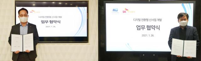 왼쪽부터 SK C&C ICT Digital 이상국 부문장, 한미글로벌 경영지원실 최성수 부사장이 업무 협약을 체결하고 기념 촬영을 하고 있다