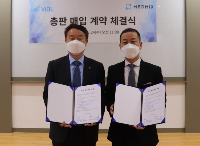 왼쪽부터 비올 이상진 대표이사와 메드믹스 임수정 대표이사가 총판 매입 계약 체결식에서 기념 촬영을 하고 있다