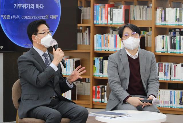 왼쪽부터 양승조 충남도지사와 남성현 서울대 교수가 22일 기후위기와 바다 - 공존의 지혜를 주제로 특강을 가졌다
