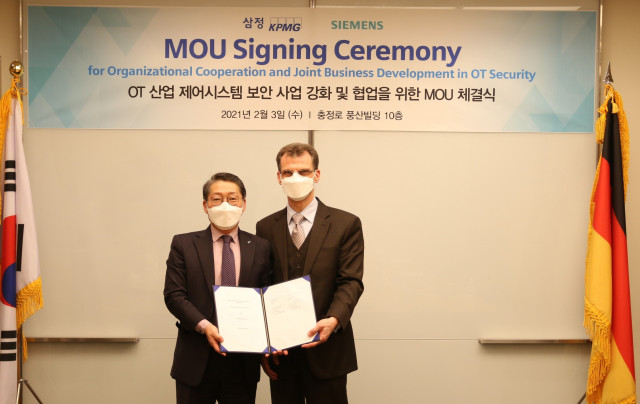 Thomas Schmid, Head of Digital Industries at Siemens Korea (Right), and Dae-Gil Jung, Head of consul...