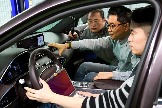 현대자동차그룹 연구원들이 '커넥티드 카 인공지능 음성인식 기술'을 자동차에서 테스트하고 있다