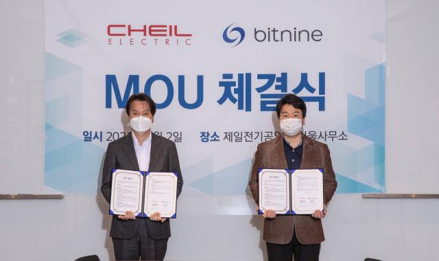 왼쪽부터 제일전기공업 강동욱 대표이사와 비트나인 강철순 대표이사가 업무협약 및 투자계약을 체결하고 기념 촬영을 하고 있다