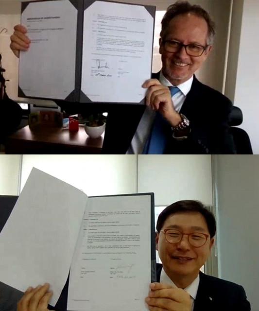 레지날드 피코크 취리히보험그룹 싱가포르 법인 대표와 강두석 LK보험중개 대표가 온라인 MOU 협약 서명식을 마친 뒤 기념 포즈를 취하고 있다