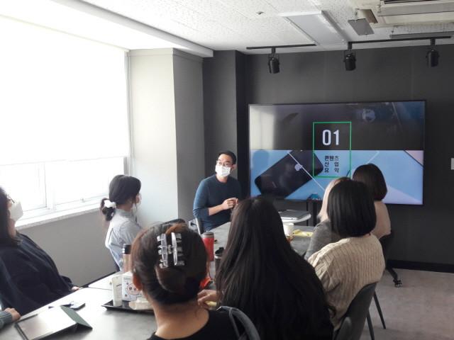 테이크원컴퍼니 인턴십 참가자가 맞춤형 교육을 받고 있다