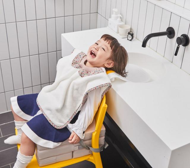 샴푸 베개와 키높이 방석, 세안 타올을 함께 사용하면 미용실처럼 완벽하게 편안하고 쉬운 샴푸를 할 수 있다. 언택트 시대 가정내 미용실 놀이로 부모님과 아이들에게 큰 인기를 얻고 ...