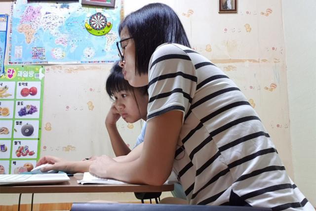언어와 문화가 다른 다문화가정 학부모가 자녀의 온라인 수업을 도와주고 있다