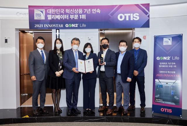 조익서 오티스 코리아 사장(왼쪽 세 번째)이 황은주 한국경영인증원장(왼쪽 네 번째)으로부터 '2021 이노스타 인증: 대한민국 혁신상품 엘리베이터 부문 1위' 인증서 및 상패를 받...