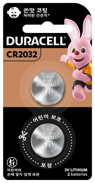 듀라셀의 쓴맛 코팅 리튬 동전 건전지 중 하나인 CR2032