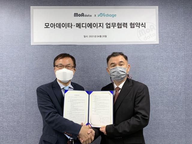 왼쪽부터 메디에이지 김강형 대표와 오른쪽 모아데이타 한상진 대표가 업무 협약을 체결한 뒤 기념 촬영을 하고 있다