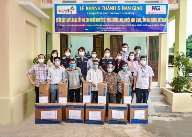 2020 베트남 공간복지 지원사업 완공식 행사에서 기념 촬영을 하고 있다