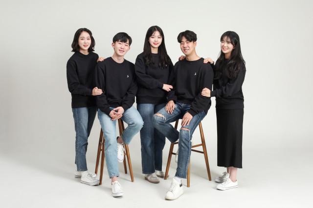 솔룩(SOLLOOK)의 팀원. 오른쪽부터 김세진(마케팅, 기획), 안재찬(대표), 양한나(디자인), 김지헌(기술개발), 이여정(디자인)