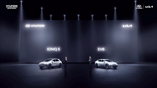 왼쪽부터 중국 전략 발표회에서 공개된 현대자동차 아이오닉5와 기아 EV6