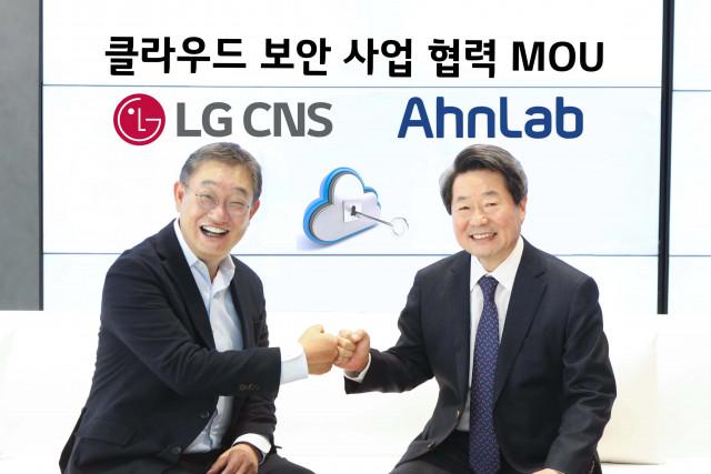 왼쪽부터 LG CNS DTI사업부 현신균 부사장과 안랩 강석균 대표가 클라우드 보안 사업 협력을 위한 업무 협약 체결 뒤 기념 촬영을 하고 있다