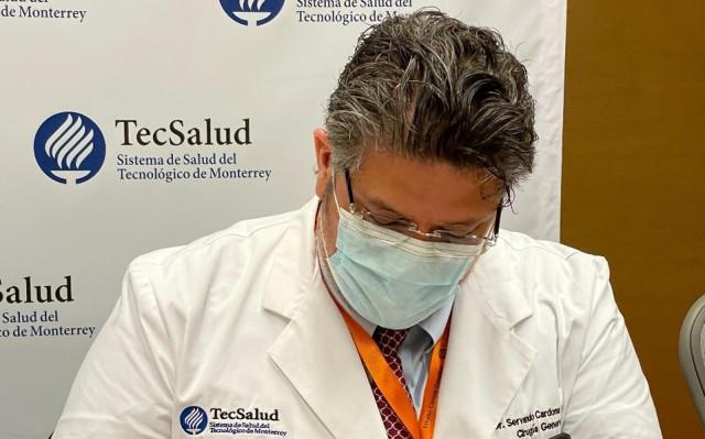 TecSalud의 임상 연구이사인 Servando Cardona 박사가 계약서에 서명하고 있다