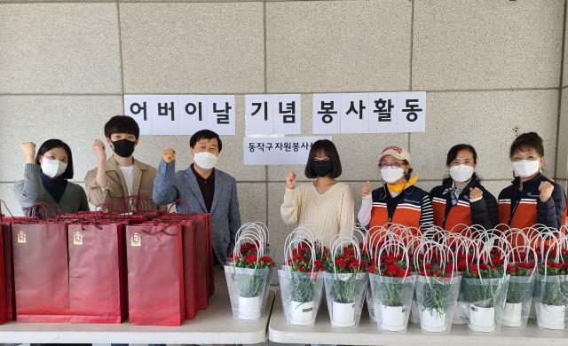 자원봉사 홍보대사로 활동하는 유튜버 쯔양이 자원봉사자들과 함께 기념 촬영을 하고 있다