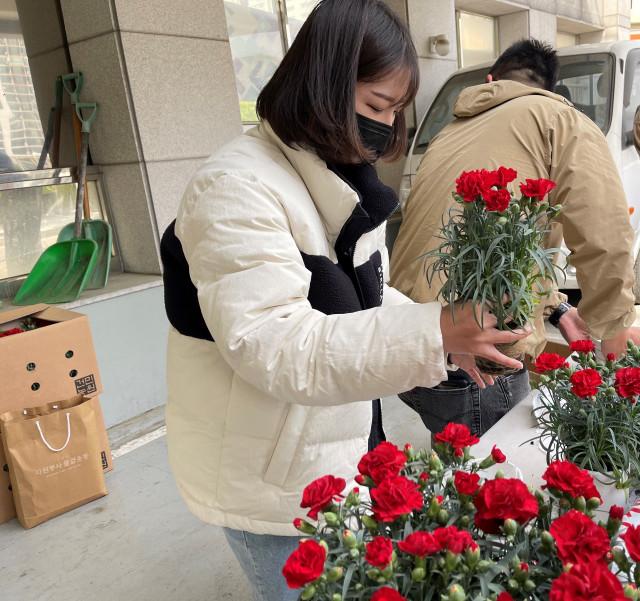 자원봉사 홍보대사로 활동하는 유튜버 쯔양이 독거어르신께 전달될 선물을 포장하고 있다