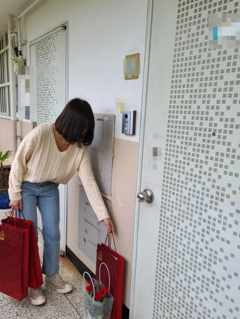 자원봉사 홍보대사로 활동하는 유튜버 쯔양이 독거어르신께 비대면으로 선물을 전달하고 있다
