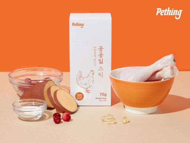 펫띵 공공일스틱은 무항생제 닭고기, 자연산 참치 등 100% HUMAN GREADE 등급에 맞춘 재료로 제작된다